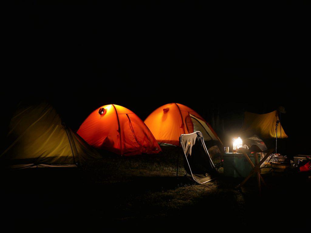 個々にテント泊。ワタシは奥のツエルト