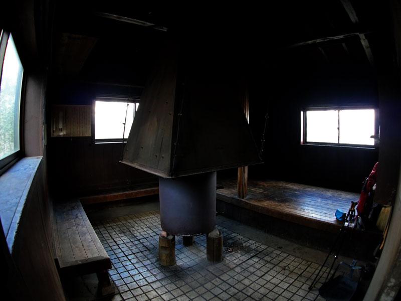畦ヶ丸避難小屋暖炉